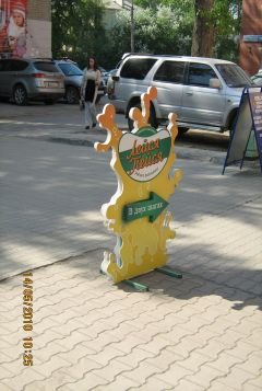 Фото фигурного штендера из пластика